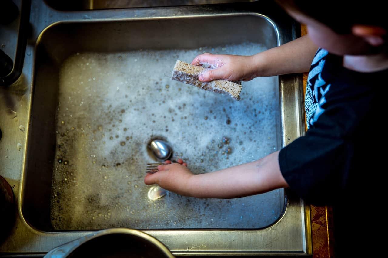 Conviene la lavastoviglie o lavare i piatti a mano